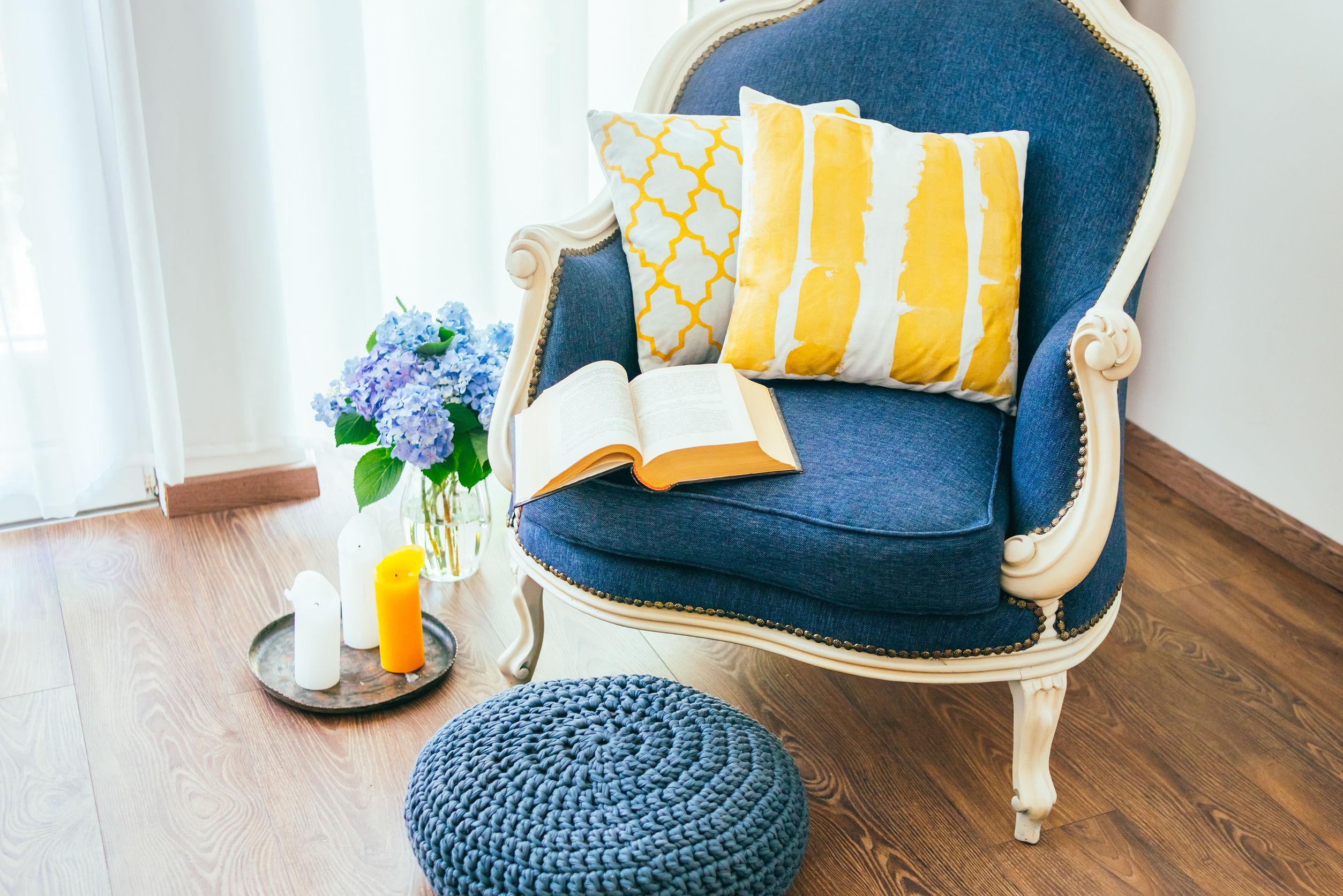 fauteuil classic blue, coussins jaunes