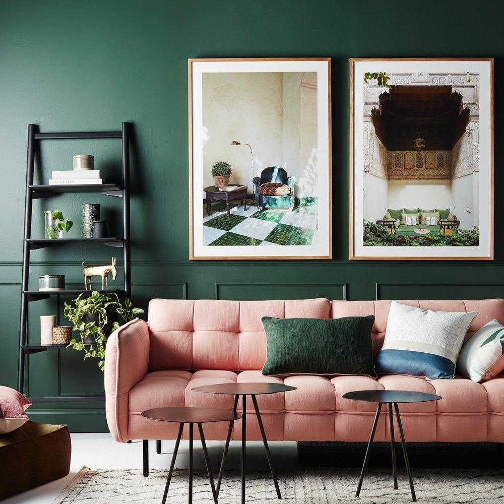 Canapé rose sur fond vert