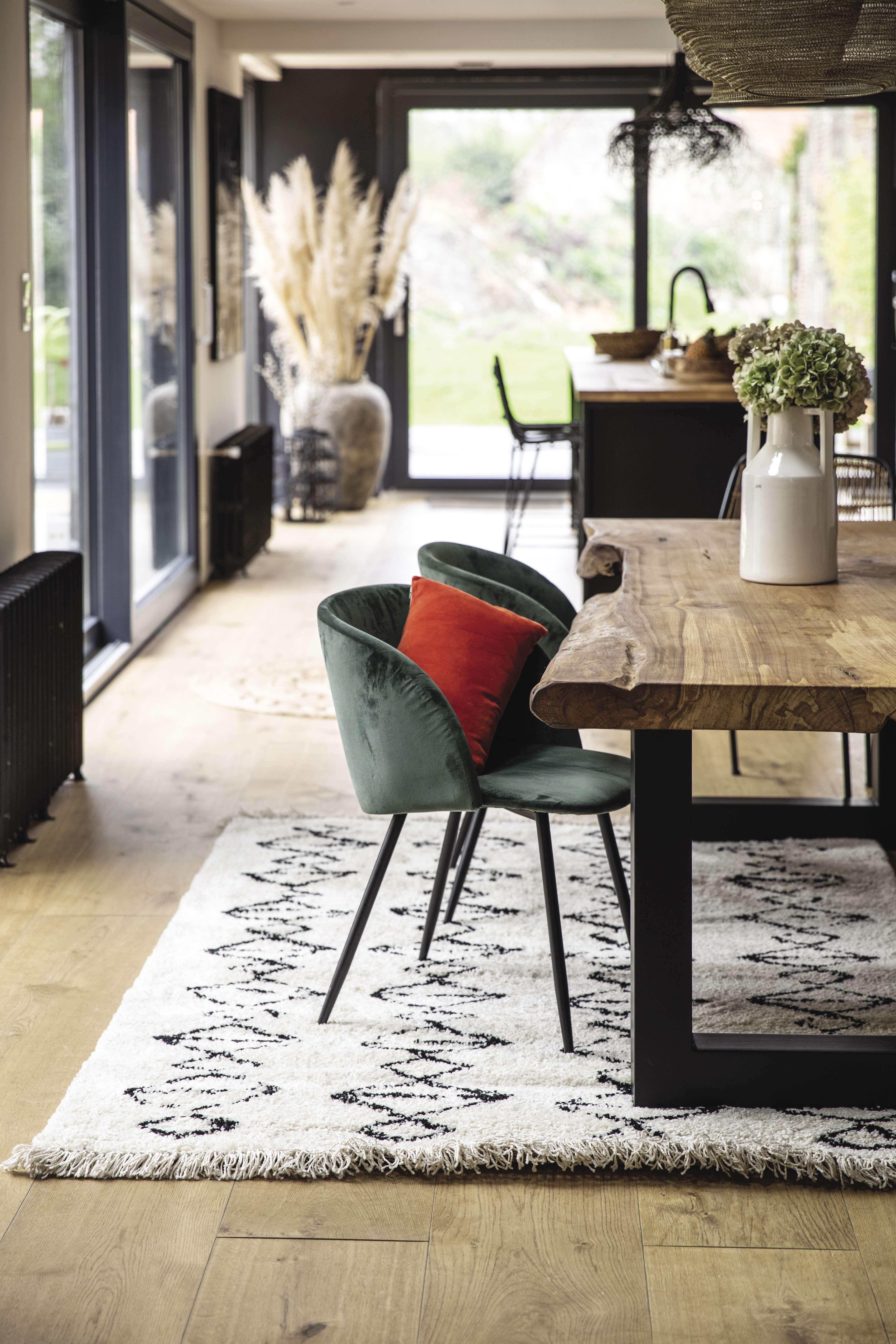 Table plateau bois brut dans un intérieur scandicraft