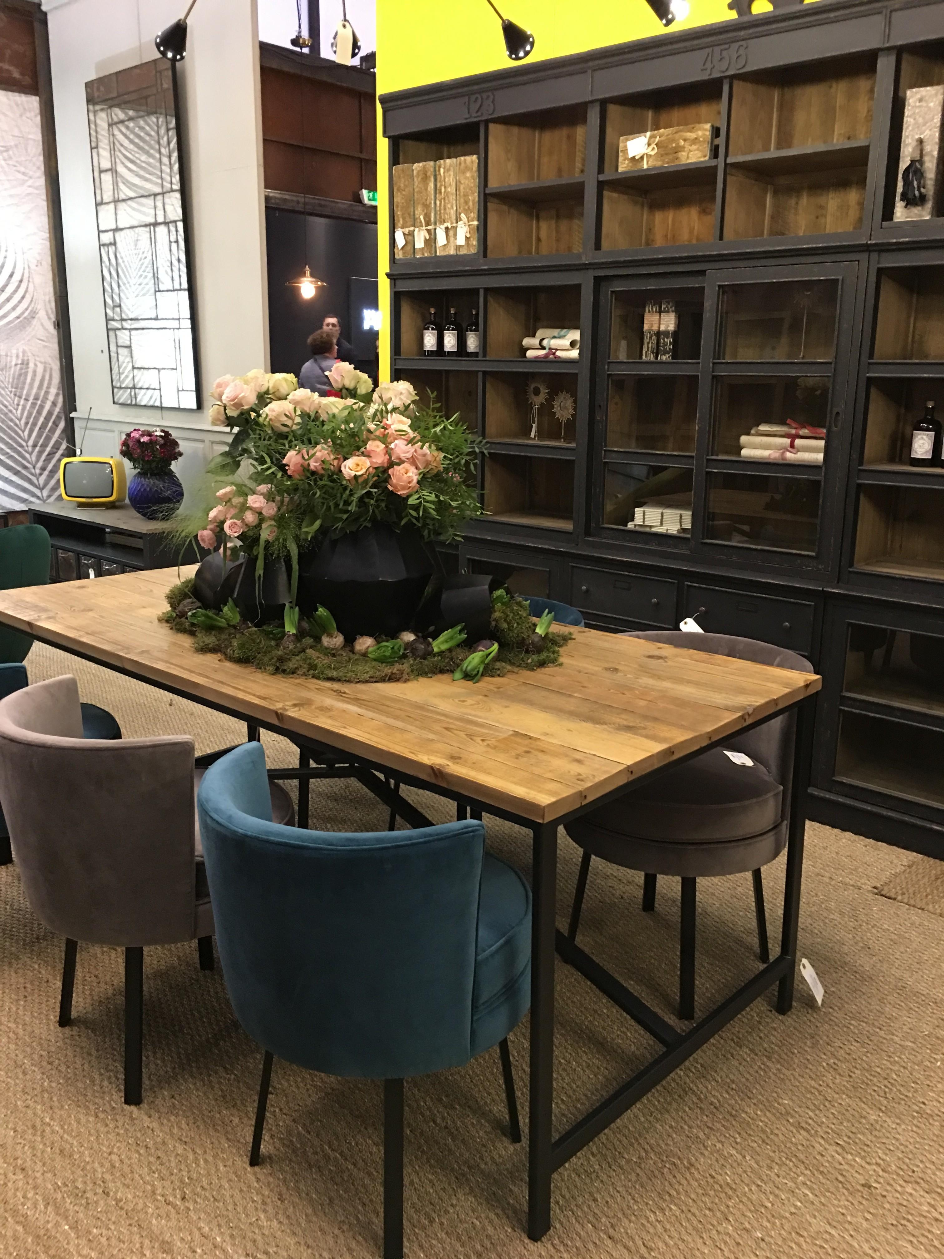 Le velours s'imposera également dans une salle à manger de style industriel, grâce à des chaises fauteuils