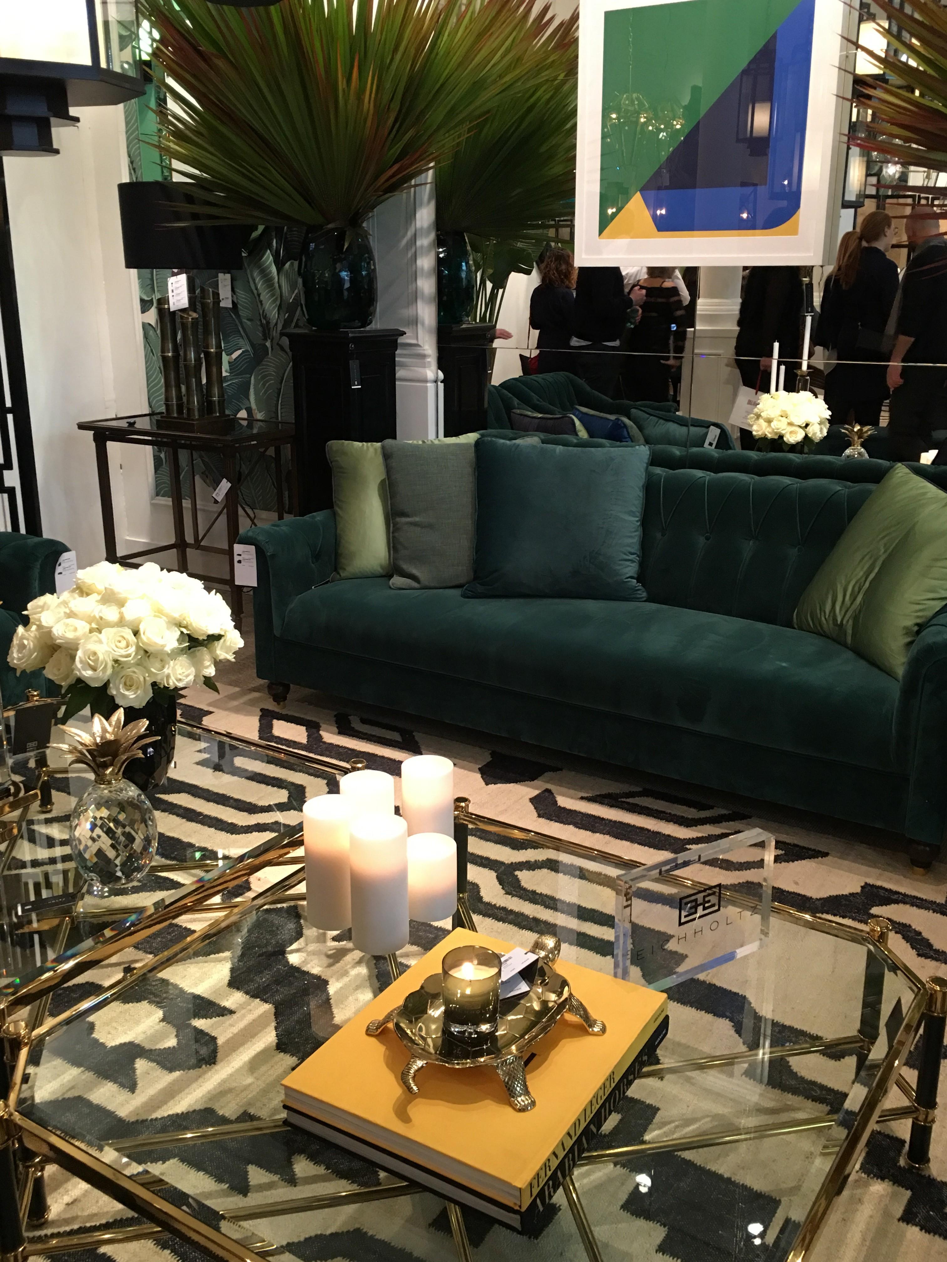 canapé vert velours avec une décoration art deco