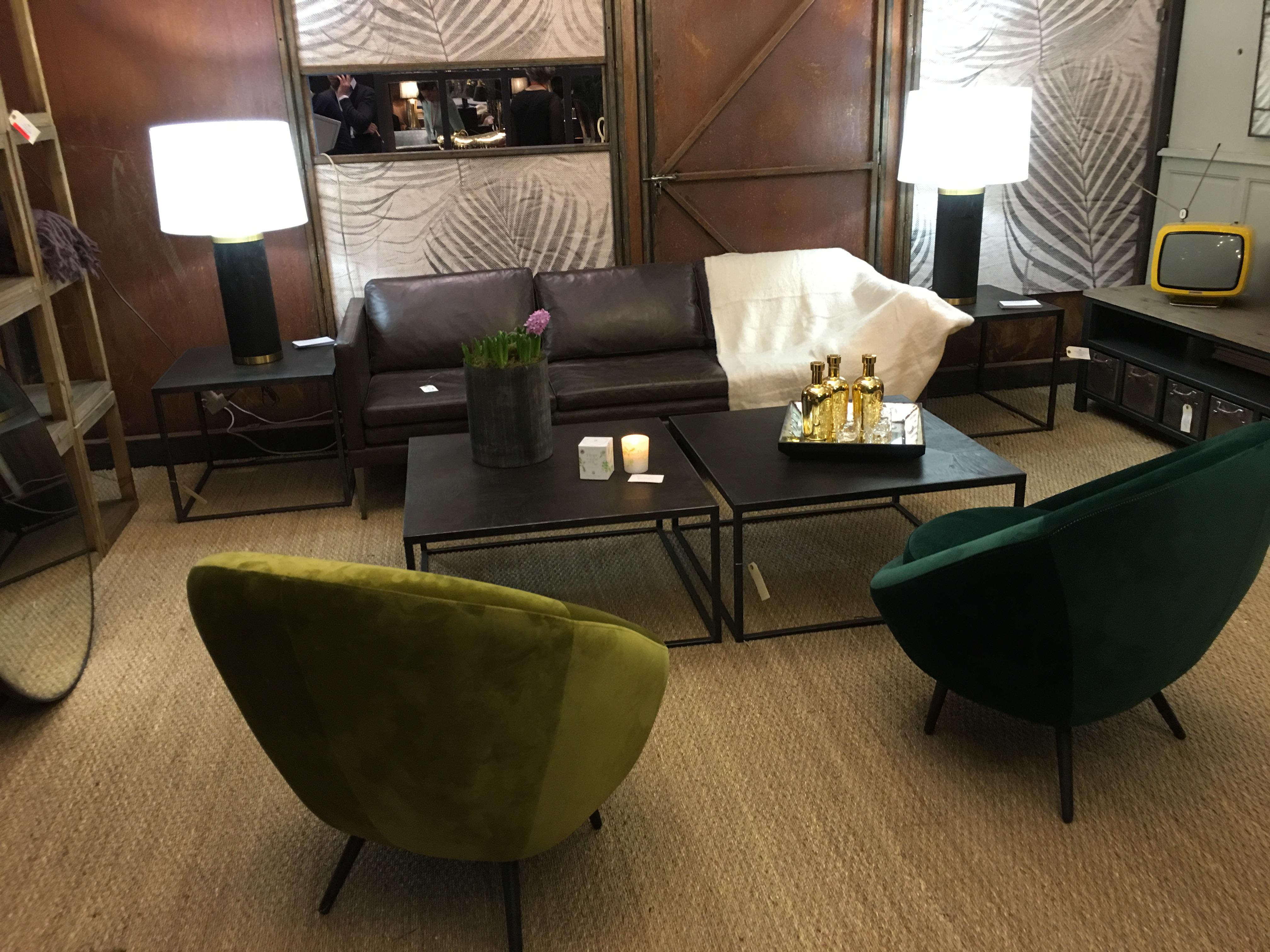 deux fauteuils de deux vert différents accompagneront ce canapé en cuir marron