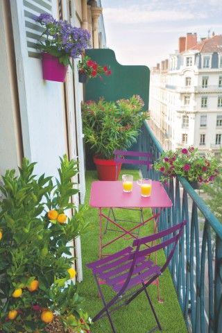 balcon long sol pelouse mobilier coloré