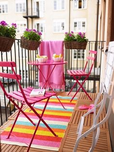 balcon rose et tapis multicolore
