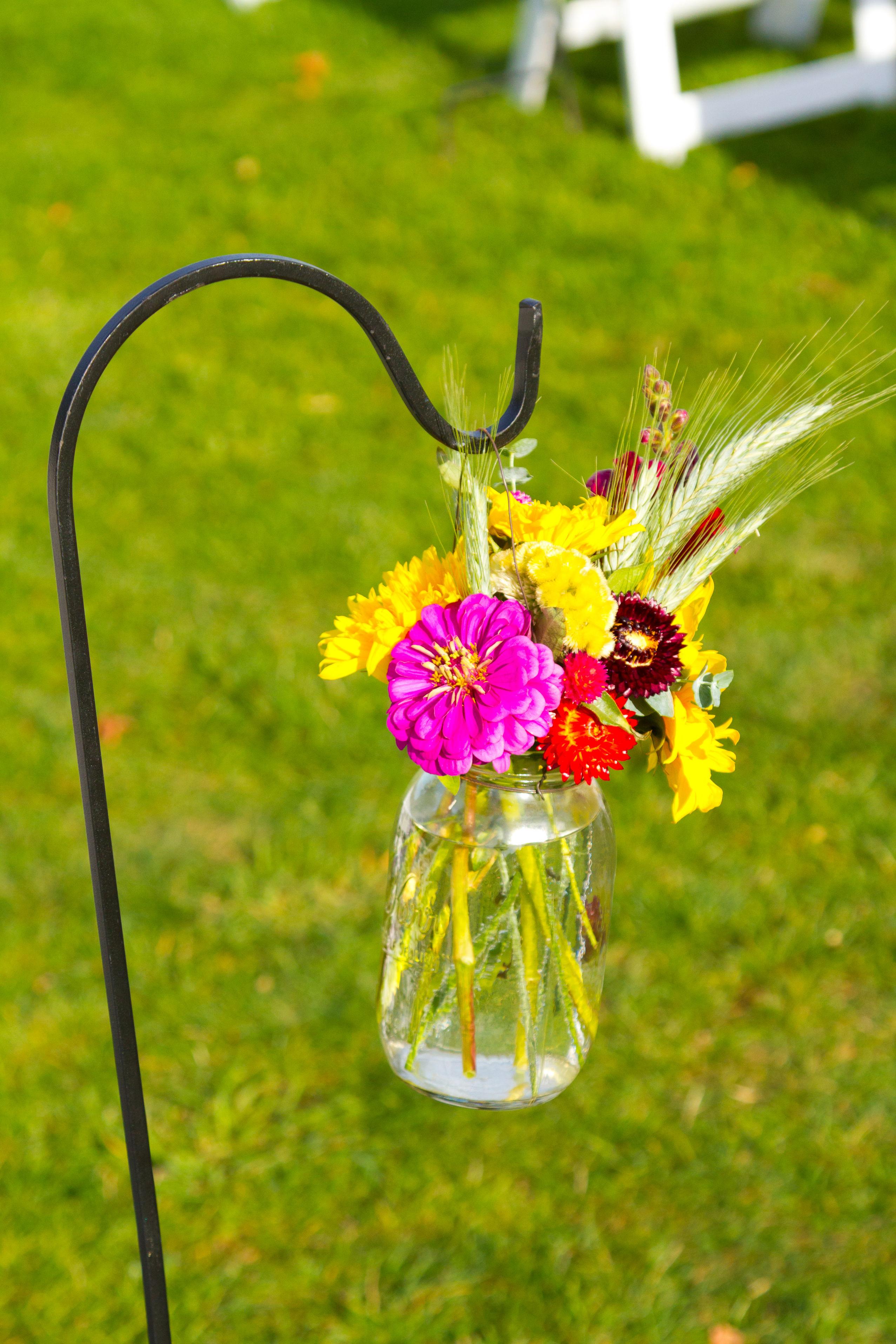 bouquet dans un bocal suspendu