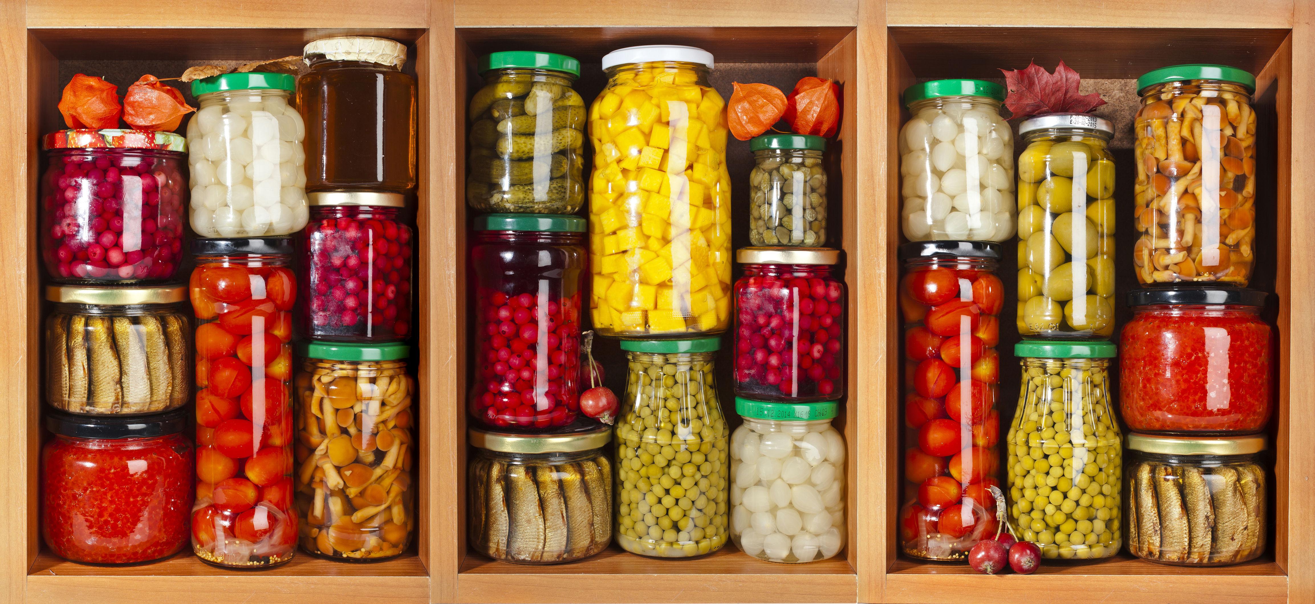 conserces,bocaux de legumes sur une etagere