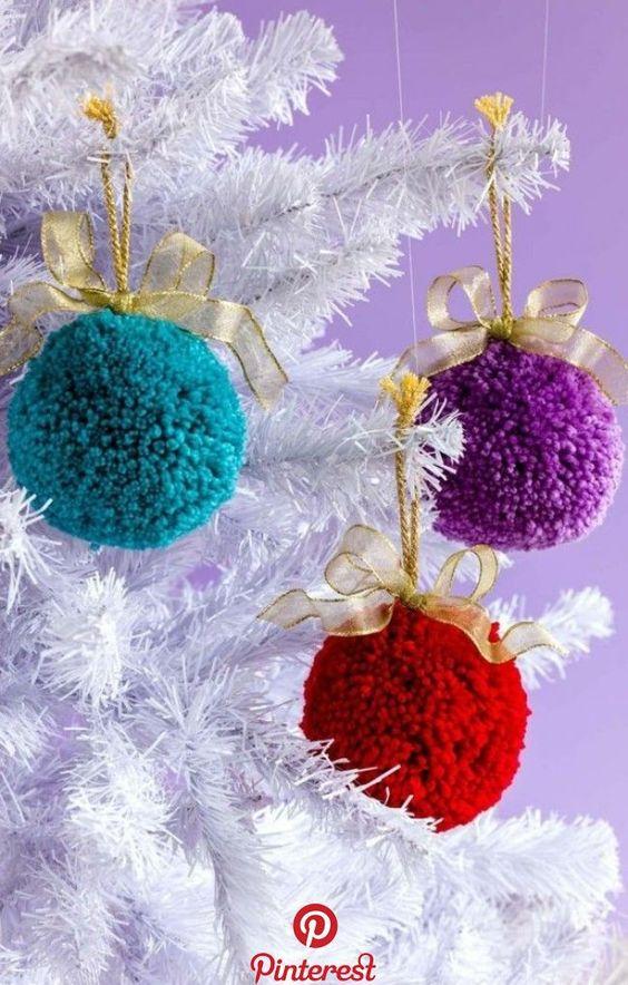 Comment réaliser une jolie décoration de Noël en pompons .Le Mag