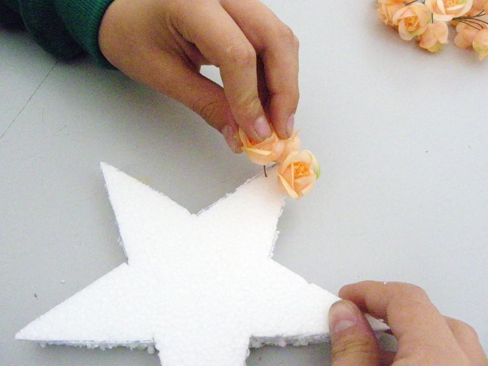 piquer les fleurs en partant d une pointe de l etoile polystyrene