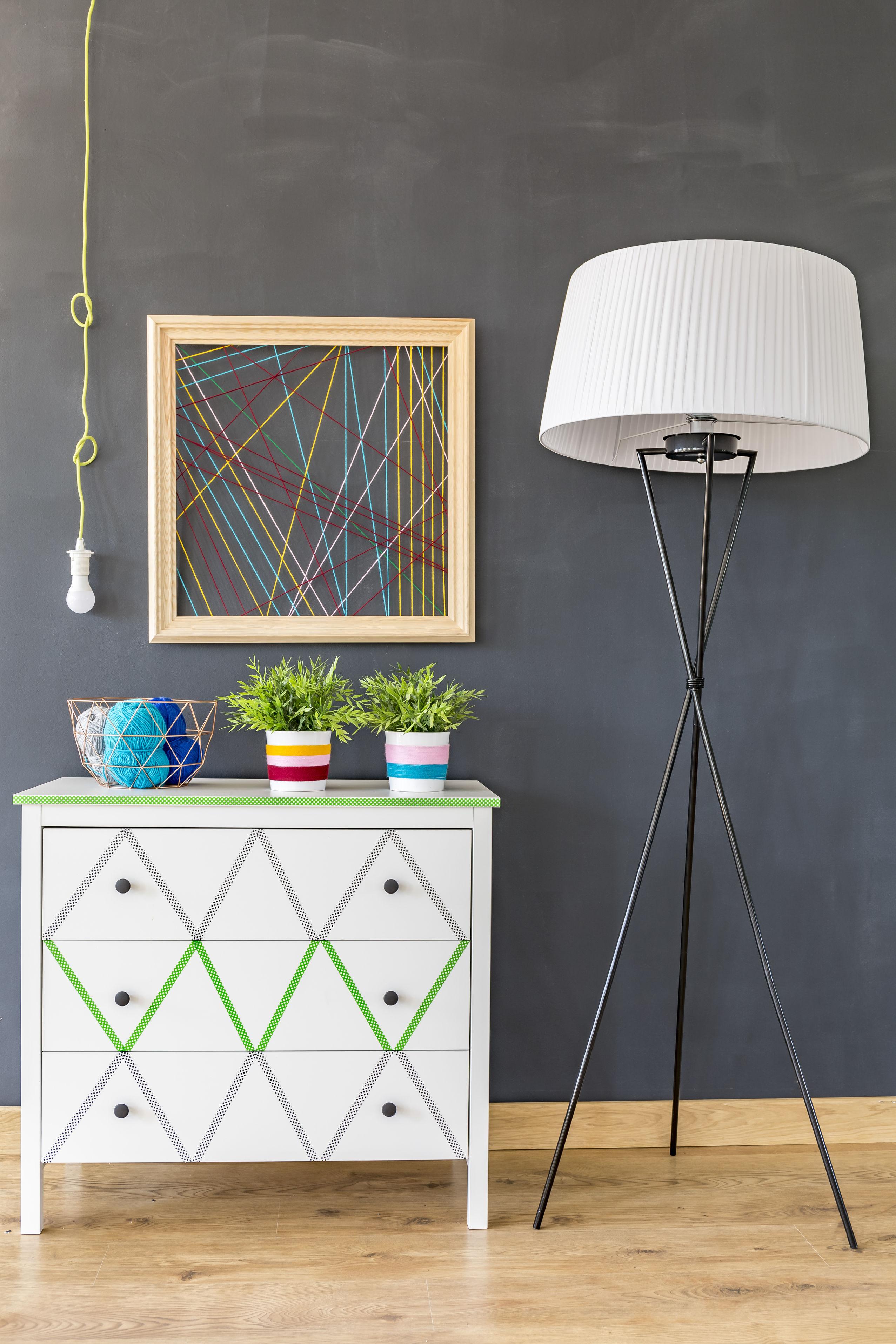 Comment Customiser Une Lampe De Chevet comment modifier votre décoration avec du washi tape. le mag